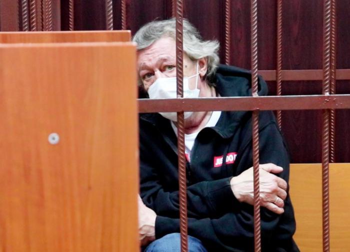 Михаил Ефремов останется под домашним арестом