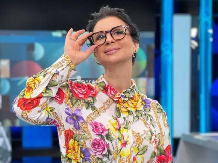 «Попросили поменять»: Стриженова в платье с пышными рукавами отметилась в «Останкино»
