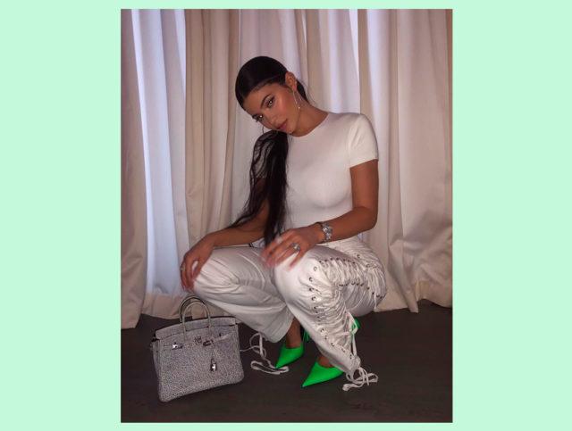 Сколько стоит: неоновые туфли Кайли Дженнер