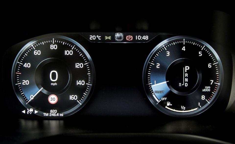 Volvo XC60 T6 AWD dashboard