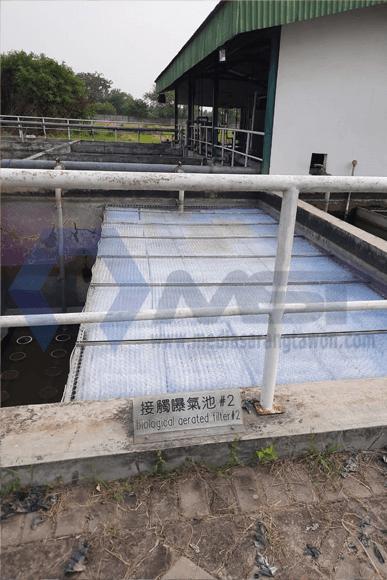 Memasang Media Sarang Tawon sebenarnya sangat mudah, kita hanya perlu memperhatikan arah gelombang permukaan media mengarah ke atas/bawah. Sebab jika arah tersebut tidak sesuai maka malah dapat menjadi hambatan aliran dan dapat mengganggu operasional instalasi pengolahan air limbah.