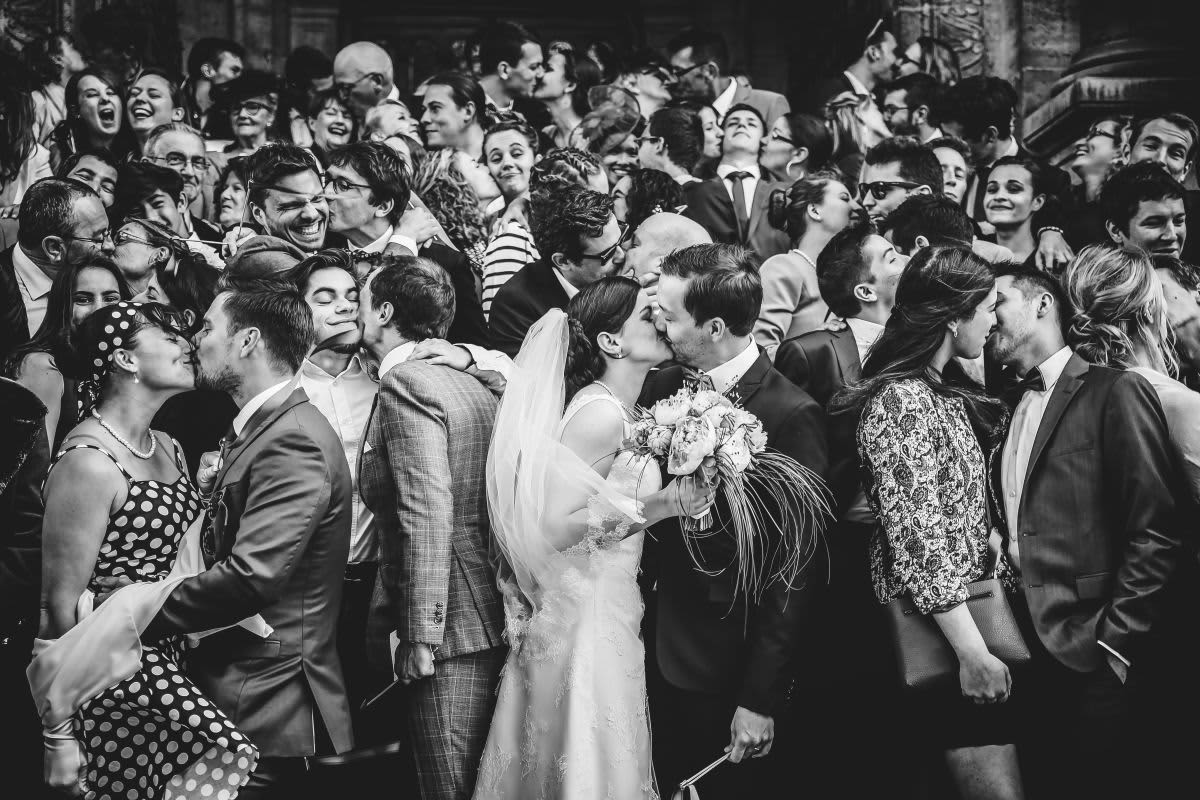 photographe couples mariage famille s'embrassent