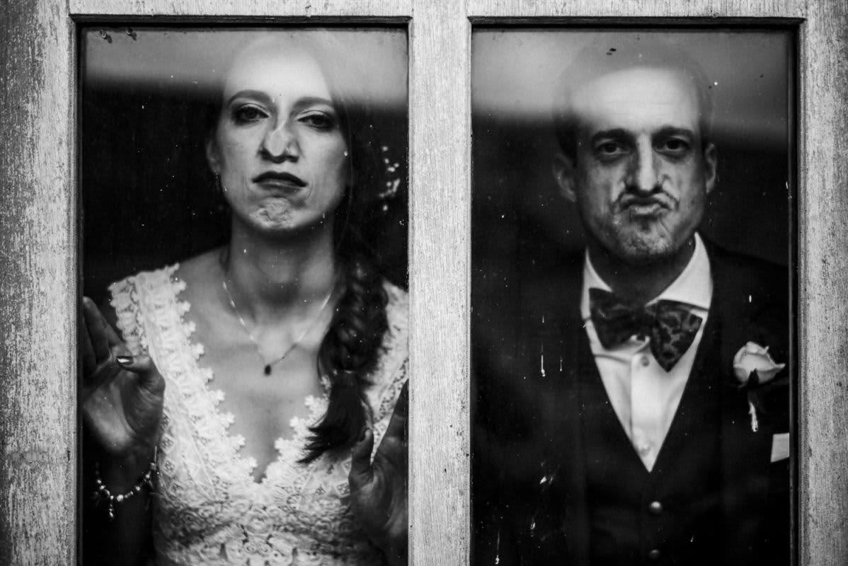 Couple mariés grimace vitre