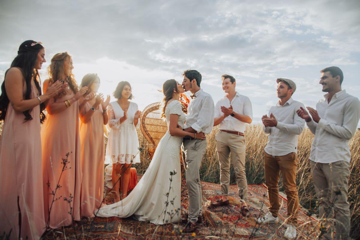 mariés s'embrase dans un champ