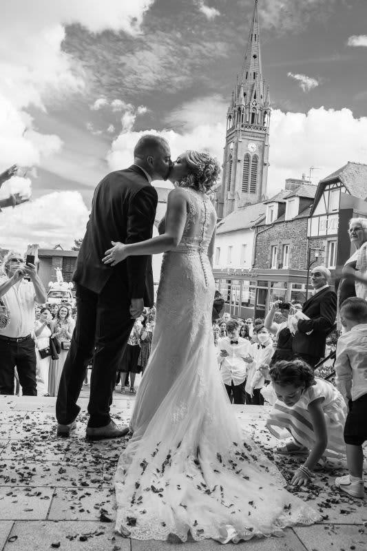 Couple s'embrasse église mariage