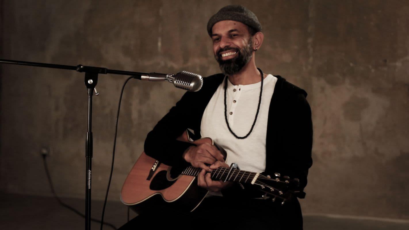 Miguel Angel, guitariste et chanteur, lors du tournage de la première vidéo d'#UnConcertSuperPrivé