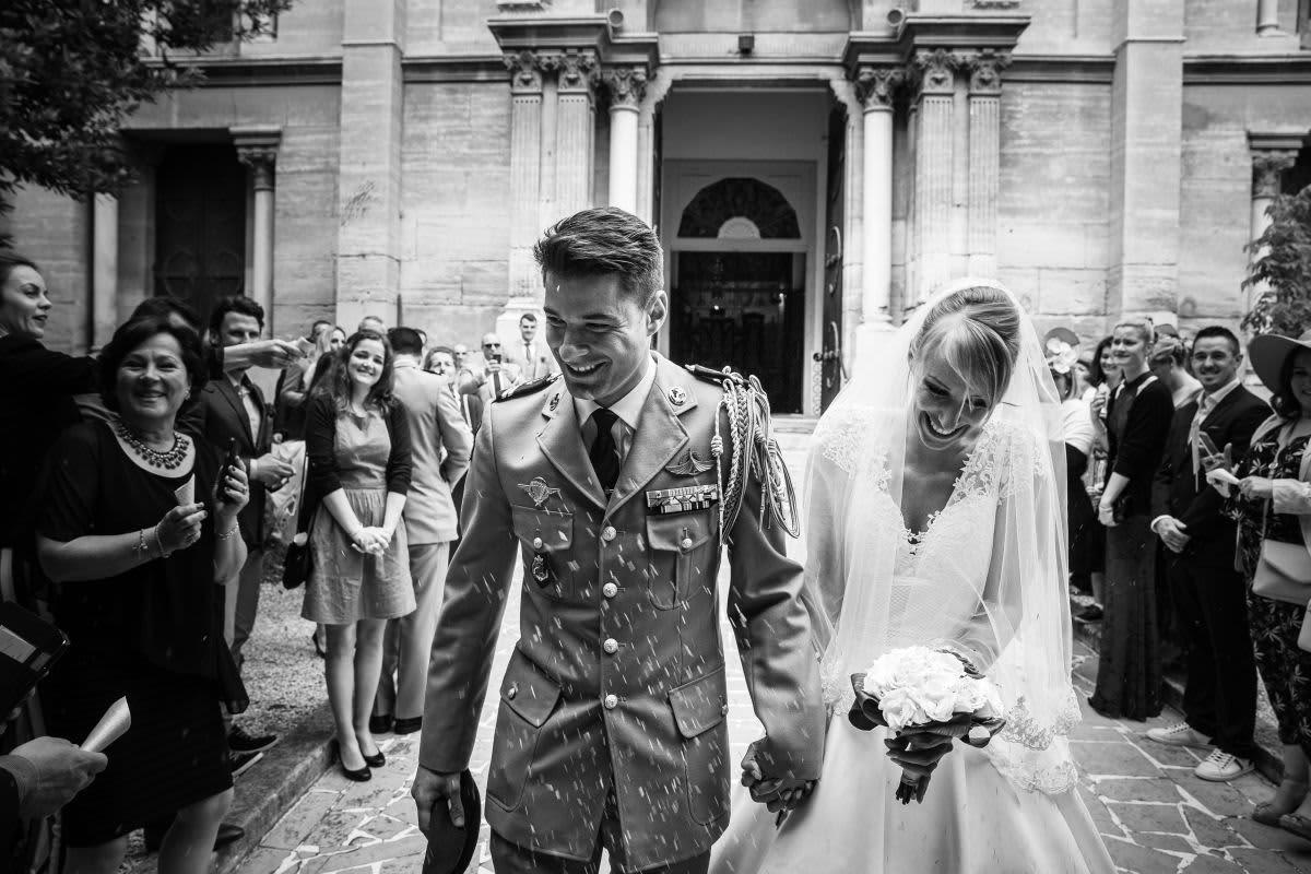 photographe couple mariage s'embrasse