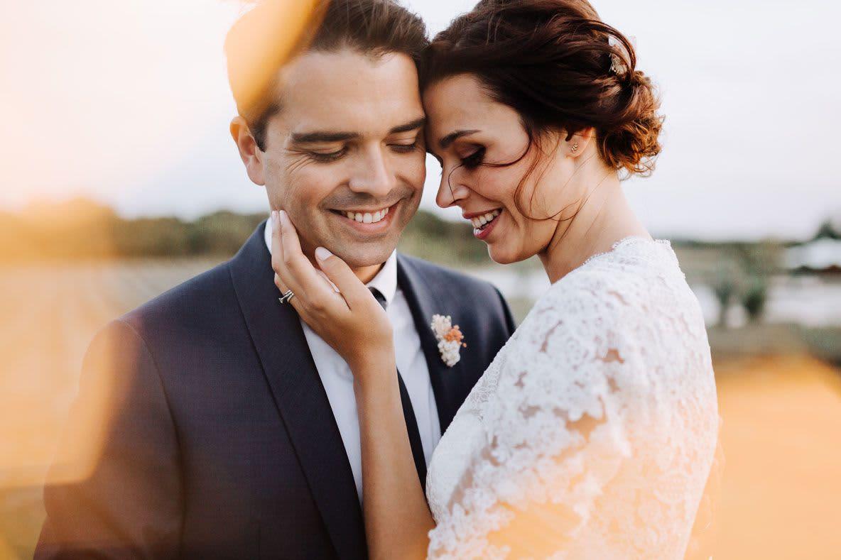 couple marié s'embrasse