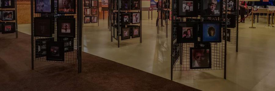 """Avis aux fans de Bowie, foncez voir l'exposition """"Bowie Odyssée"""" à Paris !"""