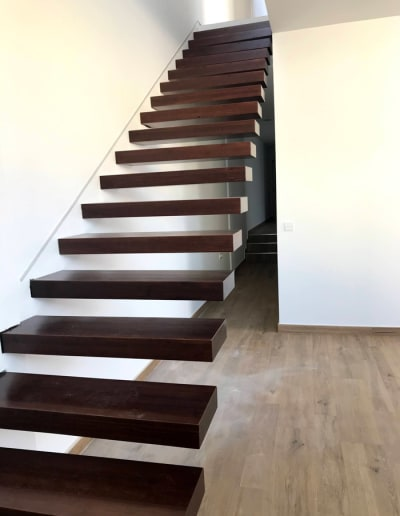 Proyectos de viviendas modernas en Mérida escalera de diseño