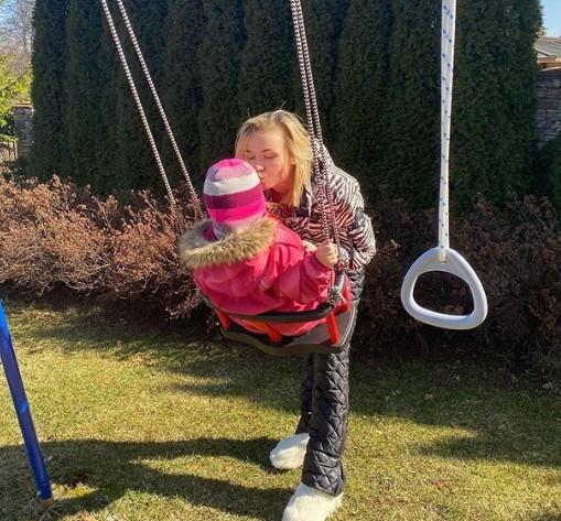 Полина Гагарина поделилась милым фото прогулки с дочерью