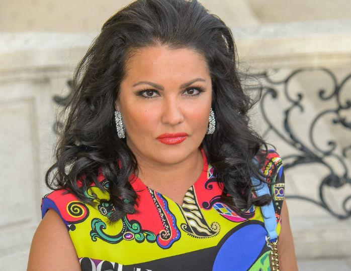 «Так похудела»: Анна Нетребко похвасталась талией в наряде Moschino на прогулке с мужем