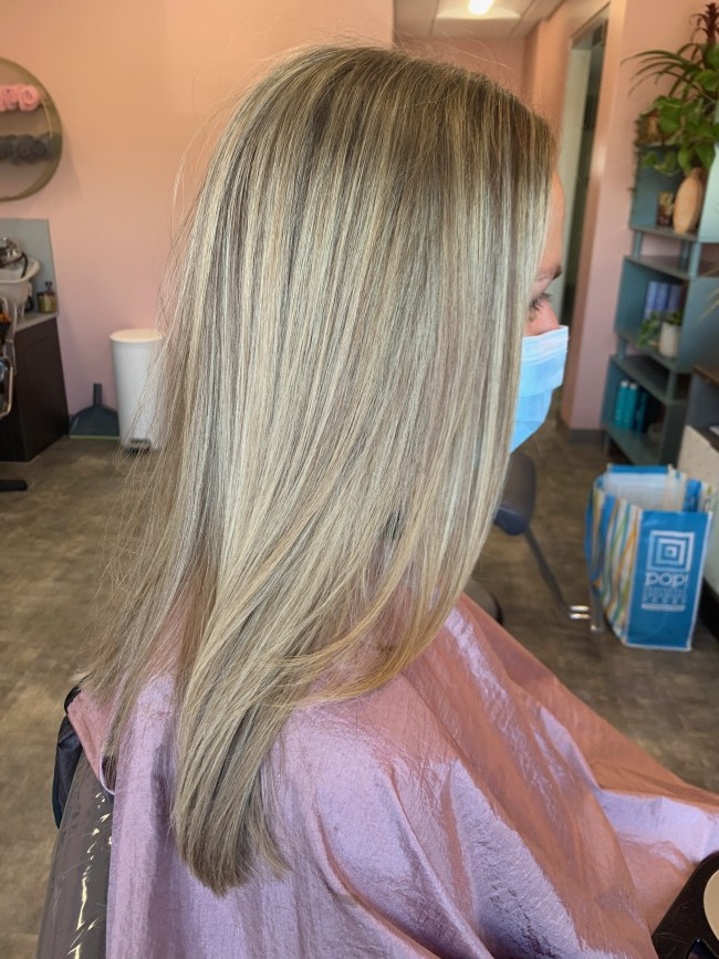 Hairstyle that showcases natural color with babylights