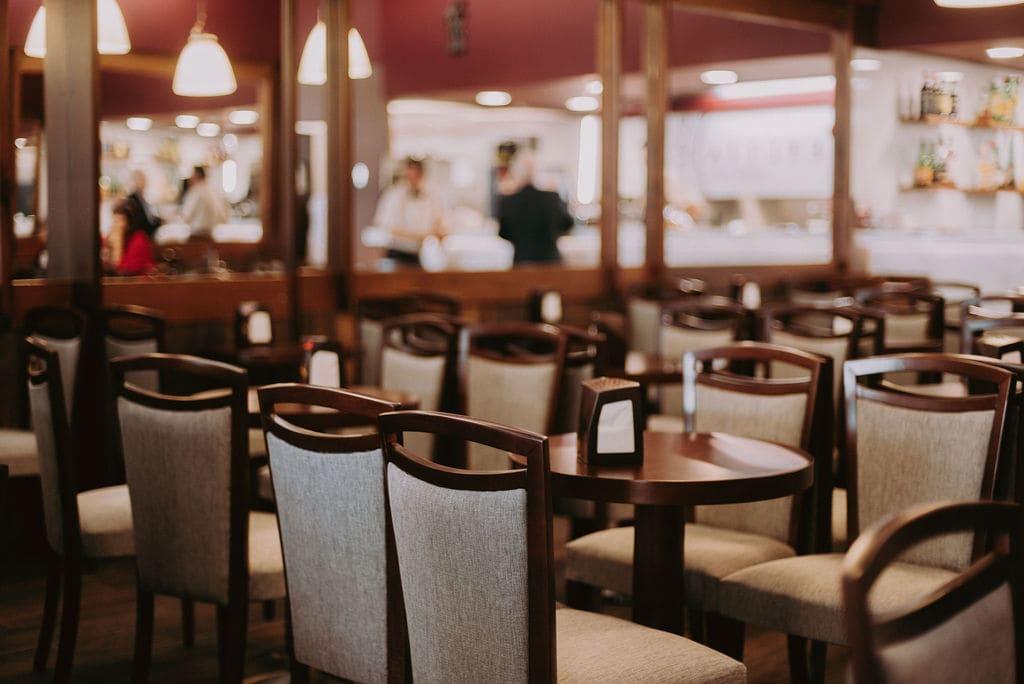 Foto das mesas do salão de chá
