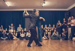 Tango, izlerken aşk, tutku, hüzün gibi duyguları aynı anda yaşatan, insan duygularını harekete geçirerek romantizm duygusunu öne çıkaran müzik ve dansın bütünleştiği dans çeşididir. Arjantin'in başkenti olan Buenos Aires kökenli dans türü, günümüzde oldukça popülerdir.  Dersler Kadıköy'de merkezi lokasyonda, geniş ve ferah Tangoperest stüdyosunda verilecektir. Grup dersleri 1 saat 15 dakika sürmektedir.  Tangoprest tango kursunda her ay yeni bir başlangıç seviye tango sınıfı açılmaktadır. Tango derslerine Abdullah Çitil, Dilara Öz, Emre Sefa Kılıçlı, Sevda Yeliz Nar hocalarımız rehberlik edecektir.