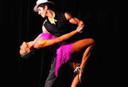 """Salsa  Latin Dansları denince aklımıza ilk gelen Salsa oluyor. 1930'lu yıllarda Küba'da ortaya çıktığı söylenen salsa, dünyaya yayılarak muhteşem bir kültür ürünü haline geldi. Dansın gelişimi New York ve Miami sokaklarında gerçekleşti, farklı yorumlar ve hareketler katıldı. Belli bir kurala bağlı kalmadan dans etmeye imkan tanıyan Salsa; ritim, temel adımlar, kombinasyonlar, duruş ve estetik, uzuv kullanımı olarak şekillendirilebilir. Serbest stil olarak kabul edilerek, doğaçlama yapmaya olanak tanır. Bu nedenle sosyal ortamlarda rahatlıkla yapılabilen bir dans türü haline gelmiştir.  Bachata  Dominik Cumhuriyeti'nden çıkan Bachata, yerli dilinde """"acılı aşk şarkısı"""" anlamına gelmektedir. Bolero ve merengue etkilerini de görmek mümkündür. Şimdilerde daha hareketli yapılan bachata, aşk ve acıyı mükemmel biçimde sergiler. Temel hareketleri diğer Latin danslarına benzese de bachatanın farklılığı figürlerindeki bel ve kalça kıvraklığıdır. Temeli müzik olan bachatayı yaparken hem müziğinden hem de hareketlerden oldukça keyif alacaksınız. Partnerinizle yapabileceğiniz en hoş danslardan biri olacak. Kıvraklığınızı ve tutkunuzu sergileyebileceksiniz."""
