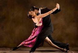 Güney Amerika kökenli bir dans olan Tango, doğduğu coğrafyanın hayat tarzını ve kültürünü yansıtan bir dans çeşididir. Erkek ve kadının tango müziği eşliğinde adım bölmeler, yön değiştirmeler, süslemelerle birlikte müzik ve birbirine uyumlu bir şekilde dans etmesidir.  Taksim'deki merkezi lokasyonunda tango eğitimleri veren Ewet Dans Okulu, yaş ve seviye farketmeksizin Tango dansını herkesin sevmesini ve öğrenmesini hedeflemektedir. 1 aylık tango kursumuz boyunca başlangıç seviyesinden, ileri seviyeye kadar tüm detayları öğrenip, pratik yapma şansı bulacaksınız. Uzman eğitmenlerimiz kurs boyunca katılımcılara rehberlik edecektir.  Hafta içi ve hafta sonu gruplarına dahil olmak için ön kayıt formunu doldurmanız veya iletişim numarasından bize ulaşmanız yeterli olacaktır.