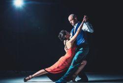 Salsa - Bachata Kursu, dünyanın en çok tercih edilen eşli dans çeşitlerindendir. Ülkemizde de oldukça popüler olan salsa - bachata dansı, dans ederken eğleneceğiniz, partnerinizle uyumu yakalayacağınız dans çeşididir. İstanbul Performans'ın profesyonel eğitmenleri kurs boyunca katılımcılara rehberlik edecektir. Orta seviye bachata, orta seviye salsa veya başlangıç seviye latin (salsa-bachata) sınıflarımızdan birine kurs süresinde kayıt olabileceksiniz.  1 Ay boyunca her hafta katılabileceğiniz Salsa - Bachata Kursu, yaş ve seviye farketmeksizin her dans severin katılabileceği kurs programıdır. Başlangıç seviyesinden ileri seviyeye kadar ilerleyecek kursumuzda salsa - bachataya dair teorik ve pratik bilgiler eğitmenler tarafından öğretilecektir. Her pazar günleri dans stüdyomuzda 3 saat pratik yapma şansı bulacaksınız.