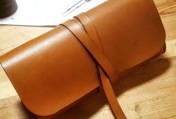 Tamamen el yapımı, kişiye özel deri Clutch Çantalar tasarlayacağınız atölye, yaş ve seviye farketmeksizin her bireyin katılabileceği keyifli hobi etkinliğidir. 2 saatlik workshop sonucunda kendi tasarımınız olan Clutch çantanızı ister günlük, ister özel günlerinizde keyifle kullanabileceksiniz.  2 saat sürecek atölye, uzman eğitmen rehberliğinde gerçekleşecektir. Unutulan değerleri hatırlamanıza imkan sağlarken, deriye dokunmanın rahatlatıcı hissi ile keyifli zaman geçirebileceksiniz. Kendi tasarımınız olan çantaları ister kullanabilir, ister satışını yaparak ek gelir elde edebileceksinz. Atölye Bebek'in merkezi ve keyifli atölyesine tüm sanat severleri bekliyoruz.