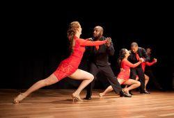 Salsa ve Bachata olarak bilinen latin dansları son zamanların en popüler eşli dans türüdür. Müziğin ön planda olduğu Bachata Salsa dansları, romantik ezgiler de barındırmaktadır. Temel hareketleri kalça ve bel figürleri olan latin dansları kursumuzda gerekli tüm bilgi ve pratikler katılımcılara öğretilecektir.  Yaş ve seviye farketmeksizin her bireyin katılabileceği Salsa Bachata kursu, Dansın Merkezi Dans Okulu'nun profesyonel eğitmenleri eşliğinde gerçekleşecektir. 1 aylık periyotlarla devam eden kurslarımızda her seviyeye uygun sınıflar açılmaktadır. Kurumumuzda aldığınız dans dersinin dışında pratik yapma imkanınız da bulunacaktır. Kurumumuzda show yarışma ekiplerimiz ve düzenli olarak dans gecelerimiz düzenlenmektedir.  2020 Şubat ayına kadar Akadumi'ye Özel %50 indirimli fiyat uygulanacaktır!