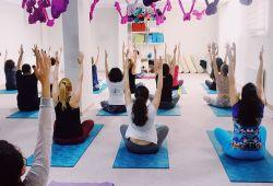 Yoga, kendini dönüştürme yolunda güçlü bir araçtır. Derslere katılıp, asanalarda derinleştikçe, var olan potansiyeliniz sizi hem fiziken hem de ruhen iyileştirir. Katılacağınız ilk dersle beraber, rahatlama, sakinleşme, harekette özgürlük, dengede artış, konsantre olabilme, kendine güven, odaklanma hissedilir.  Stüdyomuzda verilen her bir Yoga ekolünü deneyimlemeniz için, size özel tanışma paketimiz var. Bu avantajlı tanışma paketinde, 1 ay geçerli  toplam 10 dersimiz bulunmaktadır. Dilediğiniz yoga dersine katılabilirsiniz.  Dengeli, güçlü, enerjik, neşeli tarafınızı çıkartmak için sizi de yoga ile bilinçlenmeye ve rahatlamaya bekliyoruz.