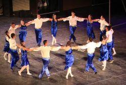 Sirtaki (Yunanca: συρτάκι), İstanbullu Ortodoks Arnavut kasaplarının dans türüdür. 1960'lardan sonra popüler bir Yunan dansı haline gelmiştir. Giorgos Provias tarafından 1964 tarihli Zorba filmi için düzenlenmiştir. Yunan halk dansı değildir. Arnavut dansıdır ancak geleneksel hasapiko dansının yavaş ve hızlı sürümlerinin karışımıdır. Míkis Theodorakis'in Zorba Dansı adlı müziğiyle oynanır.  Sirtaki, Yunan folklörünün ayrılmaz bir parçası haline gelen bir dans türüdür. Osmanlı döneminde İstanbul'da oynanan 'Hasapiko', (kasap) dansından doğmuştur. Hasapiko ağırlıklı olarak İstanbul'un Fener ve Balat semtlerinde, Arnavut kasap loncaları arasında doğdu ve 1900'lü yılların başına kadar kasap loncalarında popülerliğini korudu.  Sirtaki dansını ve kulağınıza aşina ezgilerini bizimle keşfedin! 'Başlangıç Seviye Sirtaki' Dünyaca ünlü Sirtaki ve Zeibekiko dansını öğrenmek ister misin? Hemen hemen her yaşta yapabileceğiniz bu dans sandığınız kadar zor değil kısa sürede öğrenmek için bize katıl. Beşiktaş merkezi konumda bulunan okulumuza bekliyoruz.