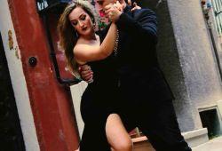 Arjantin Tango; 1800'lü yıllarda başlayan ve günümüze doğru uzanan bir dans serüveni. Günümüzün en popüler etkinliklerinden birisi olan Tango dansını Beşiktaş'ın merkezi noktasındaki dans okulumuzda Pazartesi 19:00'daki derslerimize katılarak öğrenmeye başlayabilirsiniz.  Arjantin Tango Sosyal bir danstır, Türkiye ve Dünya'da her gün düzenlenen etkinliklere katılarak yeni çevre, yeni dostluklar ve yeni bir kültüre adapte olarak sosyalleşebilirsiniz.  Arjantin Tango dansını sadece figürleriyle değil, bir kültür olarak öğrenmenizi sağlayacak müfredatımızla kaliteli bir eğitim hedefliyoruz.  UNESCO Dünya kültür Mirasına dahil edilen bu dansı öğrenmek için bizimle iletişime geçin.