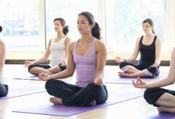 Yoga kursu, kişinin kendini ve vücudunu dinlediği ve dinlendirdiği meditasyon yöntemidir. Tarihi eskilere dayanan ve uzun zamandır meditasyon yöntemi olarak kullanılan yoga, günümüzde uzmanlar rehberliğinde gerçekleşmektedir.  Grup yoga dersleri ve birebir yoga dersleri olmak üzere birçok yoga çeşidiyle Nefes Sanat Merkezi'nin tecrübeli yoga eğitmenleri size rehberlik edecektir.  1 Aylık yoga kursu boyunca 4 seansa katılabileceksiniz. Günümüzün popüler meditasyon aracı yoga derslerine yaş ve seviye farketmeksizin kendine zaman ayırmak isteyen herkes katılabilir.