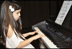 Piyano enstrümanı çalmak çocukların zihin ve sosyal olarak gelişmesinde için çok önemli bir rol oynamaktadır. Piyano eğitimi alan çocuklarda özgüven artışı, disiplin duygusu, zeka gelişimi, sorumluluk alabilme, sosyal gelişim, hızlı karar verebilme gibi birçok özelliğinin geliştiği gözlenmiştir.  Piyano derslerine, 5 yaş üzeri seviye farketmeksizin her bireyin katılabileceği eğitim programıdır. 1 aylık piyano kursu, haftada 1 gün, 30 dakikalık seanslar ile Nefes Sanat Merkezi'nin tecrübeli eğitmenleri rehberliğinde, birebir olarak gerçekleşecektir. Öğrenciler tam donanımlı stüdyomuzdaki piyanolar ile pratik yapabilecek ve eğitimlerini tamamlayabilecektir.  Piyano derslerinde duruş pozisyonu, parmak egzersizleri, temel nota bilgisi, sağ ve sol eli aynı anda kullanabilme, ritim duygusu, hızlı nota okuma, nota ölçüleri, başka bir enstrümana eşlik etme gibi temel seviyeden ileri seviyeye kadar kapsamlı eğitim verilecektir.