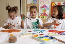 Resim yapmak minik sanatçılarımızın zihin ve sosyal olarak gelişmesinde için çok önemli bir rol oynamaktadır. Resim sanatı çocuklarda somut ve soyut kavramları öğretmek, özgüveni arttırmak, sosyal olarak gelişmesini sağlamak, bakış açısını genişletmek, yaratıcılığı arttırmak gibi birçok katkısı vardır.  Resim derslerine, yaş ve seviye farketmeksizin her miniğin katılabileceği eğitim programıdır. 1 aylık resim kursu, haftada 1 gün, 50 dakikalık seanslar ile Nefes Sanat Merkezi'nin tecrübeli eğitmenleri rehberliğinde, birebir olarak gerçekleşecektir. Öğrenciler tam donanımlı stüdyomuzdaki resim araçları ile pratik yapabilecek ve eğitimlerini tamamlayabilecektir.  Resim derslerinde suluboya çalışması, pastel boya çalışması, temel sanat bilgisi gibi temel seviyeden ileri seviyeye kadar kapsamlı eğitim verilecektir.