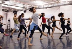Modern Dans Kursu, yaş ve seviye farketmeksizin herkesin katılabileceği eğitim programıdır. 1 ay boyunca devam edecek eğitim boyunca, profesyonel dans eğitmenlerimiz birebir veya grup derslerinde rehberlik edecektir.  Modern dans dersleri sırasında streching egzersizleri, koreografi çalışmaları, müziğin beden ile uyumunu sağlamak gibi birçok uygulamalı bilgiyi eğlenirken öğreneceksiniz.