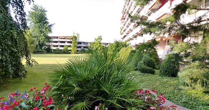 Gepflegte grüne Umgebung: der Park des Wohnstifts Ainring
