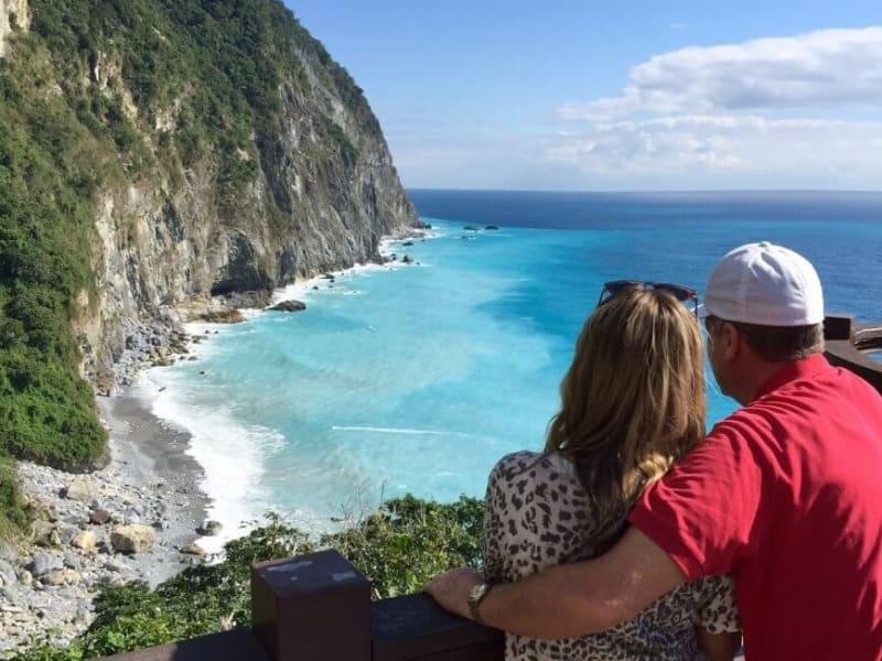 在令人印象深刻的青水懸崖下,在山上與大海相遇
