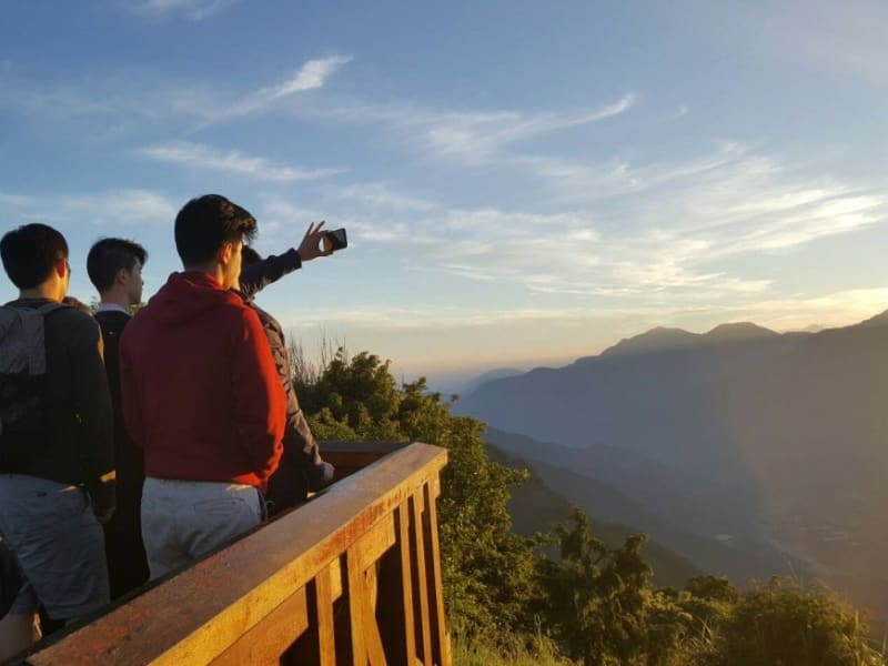 "Day 5: Enjoy the sunrise in Alishan, for it's only at this time of day that you'll be treated to a view of the ""sea of clouds."""