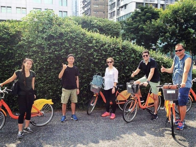 台湾の街を自転車で通り抜ける