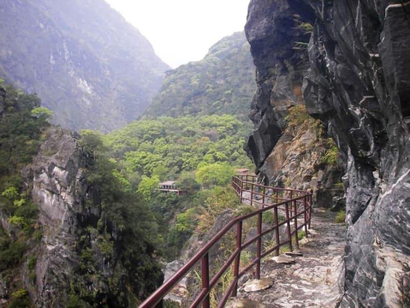 Day2: 滝や神社に通じる道をハイキングします