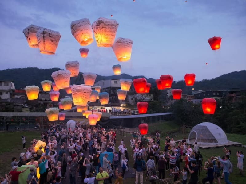 Release sky lanterns with the group