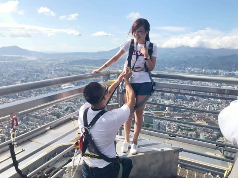 Marry propose on top of Taipei 101