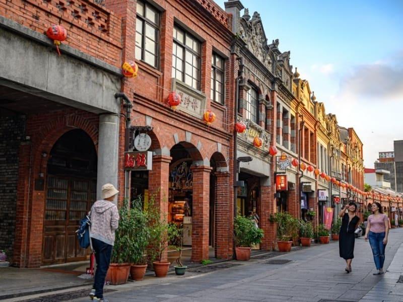 三峽老街の通りには伝統的な建物と商店が残っていて道行く人を惹きつけます