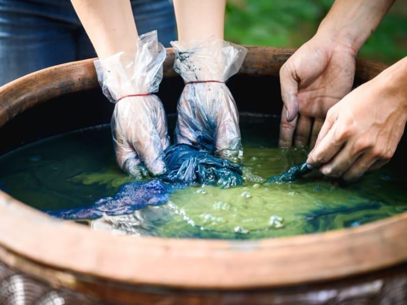 三峽で栽培した原料を使った手作業による藍染めが体験できます