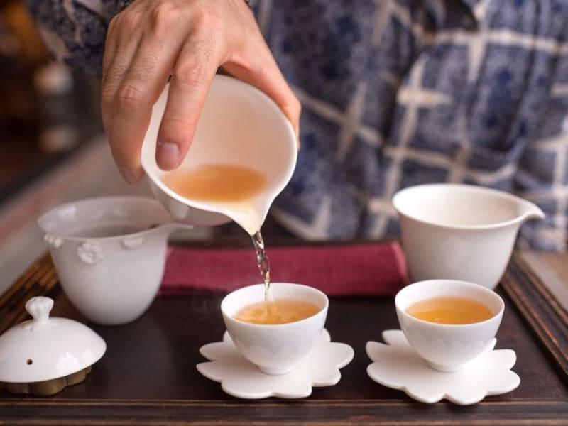 夜の落ち着いた雰囲気の中でお茶を楽しみましょう
