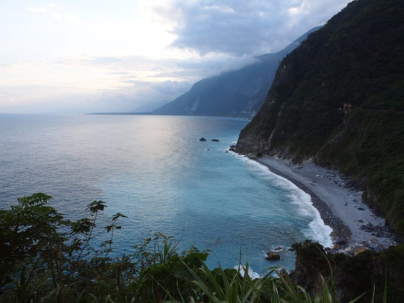 View the Qingshui Cliff on the way to Taroko Gorge