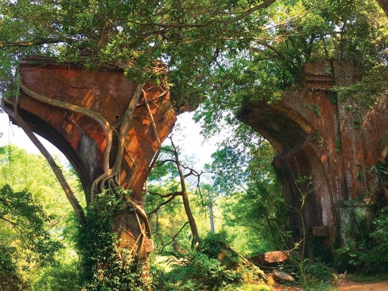 Longteng Broken Bridge is a historic roadside attraction in the hills of Sanyi