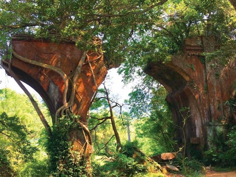 Longteng Broken Bridge is a historic roadside attraction in the hills of Sanyi