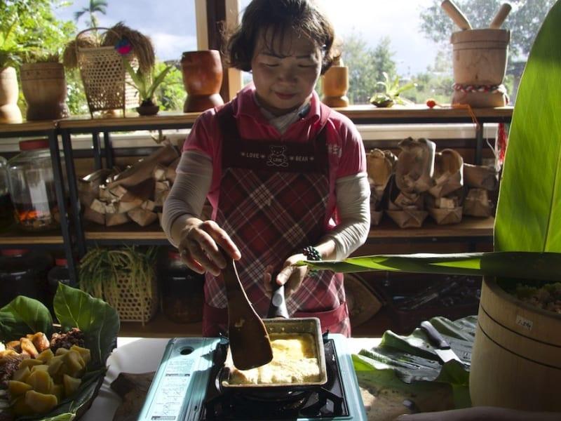 チリソースと野菜煎餅(ジエンビン)といった伝統料理の手作り体験
