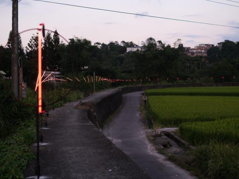 《時線》-南埔100分橋旁堤防,沿著河岸一字排開的燈光裝置,夜裡將重疊在同一個圓心、如時光隧道般地呈現時間的前進與循環,因為現在的每分每秒終將成為未來回首的往昔。