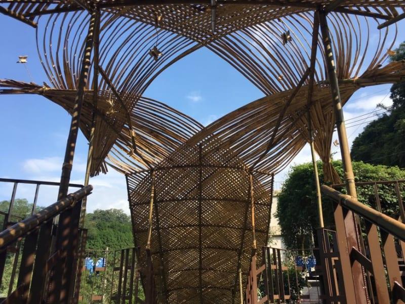 位於南坑村南外社區 的「碟道」,以竹片編織蝴蝶造型的屏幕