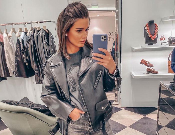 Весенний образ: Ксения Бородина отметилась в дутой куртке и лосинах на новом фото