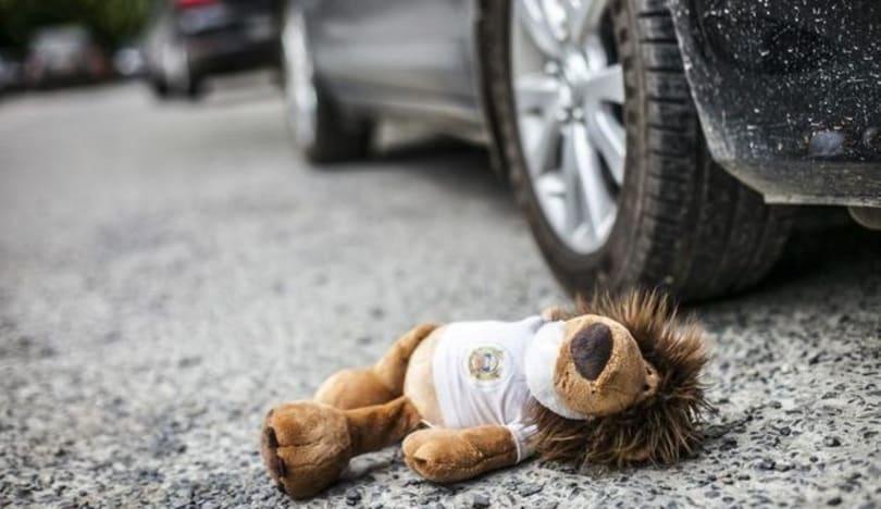 Şəkidə avtomobil iki yaşlı körpəni vurdu