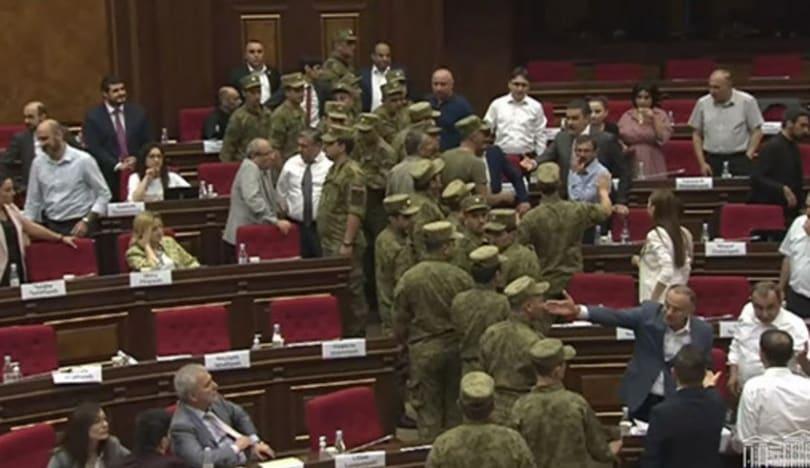 Ermənistan parlamentində qarşıdurma yaranıb, mühafizə xidməti hadisəyə müdaxilə edib